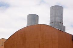 Rotes Dach mit Rauchstapel Stockfoto