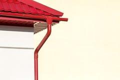 Rotes Dach mit Regengosse Stockfotos