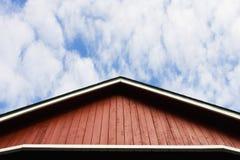 Rotes Dach und Himmel Stockfotos