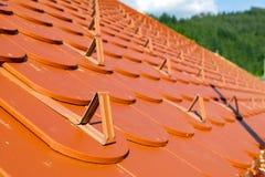 Rotes Dach und Schneefänge Stockfoto