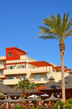 Rotes Dachhotel und einsame Palme Stockfoto