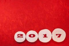 Rotes Datum 2017 an der Erle sah Schnitte auf rotem aufwändigem ethnischem Gewebeba Lizenzfreies Stockfoto