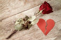 Rotes defektes Herz und altes stiegen Stockfotos