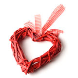 Rotes dekoratives Herz gesponnen von den Reben auf einem weißen Hintergrund Lizenzfreie Stockfotos