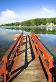 Rotes Dock, schöner See Stockbild