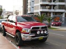 Rotes Dodge heben RAM auf 2500, das in Lima geparkt wird Stockfoto