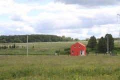 Rotes Dorfhaus auf dem Gebiet Ländliche russische Landschaft Sommer in Russland lizenzfreies stockbild