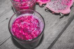 Rotes Dragon Fruit Juice im Cocktail-Glas mit Bokeh oder Unschärfe-Effekt-Hintergrund Stockbild