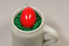 Rotes Ei in einem Bier Bembel Lizenzfreie Stockfotos
