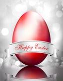 Rotes Ei Ostern auf silbernem hellem Hintergrund Stockfoto
