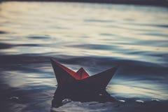 Rotes einsames Papierboot Lizenzfreie Stockbilder