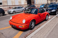 Rotes einzigartiges Weinlese cabrio 911 Porsche parkte in der Stadt Stockfotografie