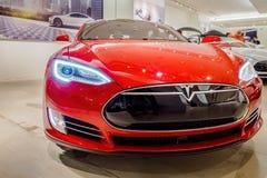Rotes Elektroauto Tesla-Modells S70 lizenzfreie stockfotos