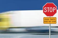 Rotes Endverkehrsschild, Bewegung verwischte LKW-Fahrzeugverkehr im Hintergrund, regelndes warnendes Signageachteck, weißer achte Stockfoto