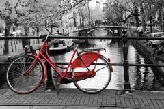 Rotes Fahrrad auf der Brücke stockfotos