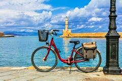 Rotes Fahrrad in der alten Stadt Chania in Kreta-Insel Griechenland lizenzfreie stockfotos