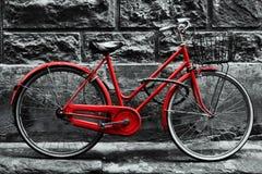 Rotes Fahrrad der Retro- Weinlese auf Schwarzweiss-Wand Stockfotografie