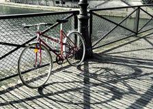 Rotes Fahrrad der Weinlese in Paris Lizenzfreies Stockfoto