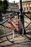Rotes Fahrrad der Weinlese in Paris Lizenzfreies Stockbild