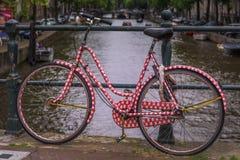 Rotes Fahrrad mit rotem Kasten stockfotografie