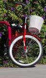 Rotes Fahrrad mit weißem Korb Lizenzfreie Stockfotos