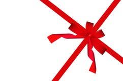 Rotes Farbband und Bogen des Geschenks getrennt auf Weiß Stockfoto