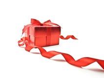Rotes Farbband und roter Geschenkkasten Stockbild