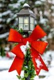 Rotes Feiertags-Band auf einem Yardlicht Lizenzfreie Stockfotografie