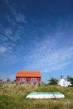 Rotes Feiertagshäuschen auf Bornholm, Dänemark Lizenzfreies Stockbild