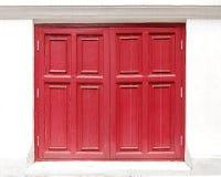 Rotes Fenster gemacht von hölzernem auf der weißen Wand Stockfoto
