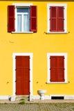 Rotes Fenster varano borghi sonniger Tagesholz im konkreten b Lizenzfreie Stockbilder
