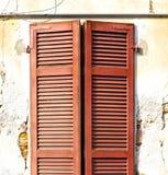 Rotes Fenster varano Jalousien im konkreten Ziegelstein Lizenzfreie Stockbilder