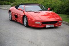 Rotes Ferrari-Kabriolett geparkt Stockfotos