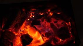 Rotes Feuer brennt Holz in der Dunkelheit, Asche im Feuer, Nahaufnahme heiße Kohlen für Messingarbeiter stock video footage