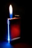 Rotes Feuerzeug mit Flamme Stockfotos