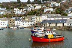 Rotes Fischerboot festgemacht im historischen und wunderlichen Polperro-Hafen in Cornwall, Großbritannien lizenzfreie stockfotos