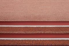 rotes flaches keramisches Ziegeldach vom ehemaligen des königlichen thailändischen Palastgebäudes Lizenzfreies Stockbild