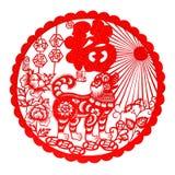 Rotes flaches Papier-geschnittenes auf Weiß als Symbol des Chinesischen Neujahrsfests des Hundes 2018 Stockfotos