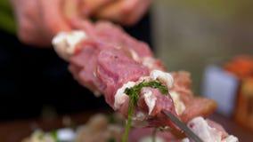 Rotes Fleisch auf Aufsteckspindeln stock footage