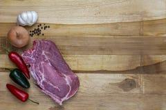 Rotes Fleisch auf einer hölzernen Servierplatte Stockfotografie