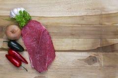Rotes Fleisch auf einer hölzernen Servierplatte Lizenzfreie Stockfotos
