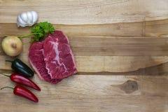 Rotes Fleisch auf einer hölzernen Servierplatte Lizenzfreies Stockbild