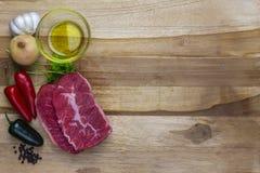 Rotes Fleisch auf einer hölzernen Servierplatte Lizenzfreie Stockfotografie
