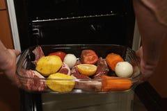Rotes Fleisch mit Gemüse lizenzfreies stockbild