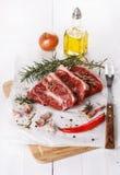 Rotes Fleisch und Gewürze über weißem Hintergrund Stockfoto