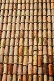 Rotes Fliesenmuster auf traditionellem Dach. Vertikaler Schuss Lizenzfreies Stockbild