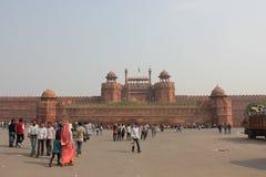 Rotes Fort Delhis, extern mit Leuten Stockfoto
