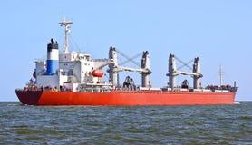 Rotes Frachtschiff Lizenzfreie Stockbilder