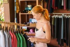 Rotes Fraueneinkaufen Lizenzfreies Stockfoto