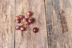 Rotes frisches der Traube auf Holztischhintergrund Lizenzfreie Stockfotografie